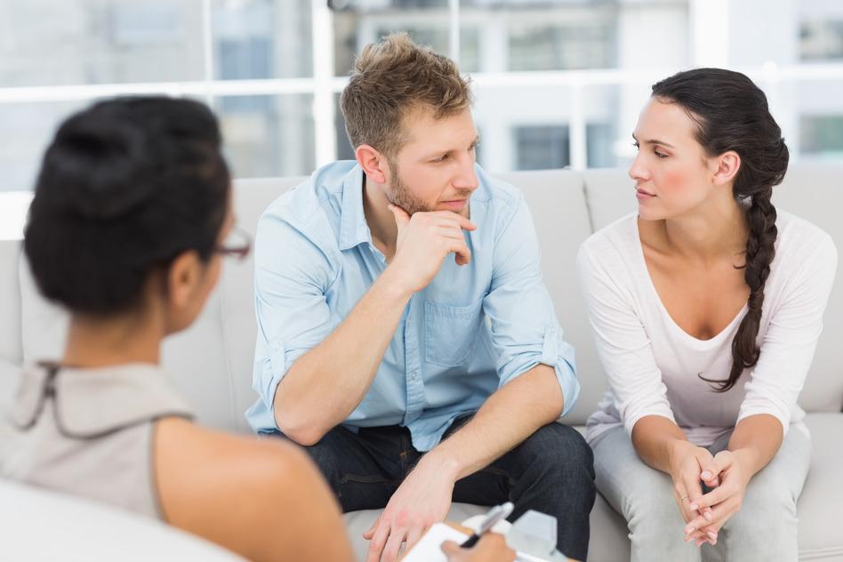 Psychologue psychothérapeute en entrevue de thérapie de couple